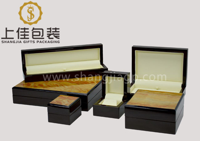 Wood jewelry box